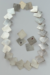 texture_square_neck_earring_set