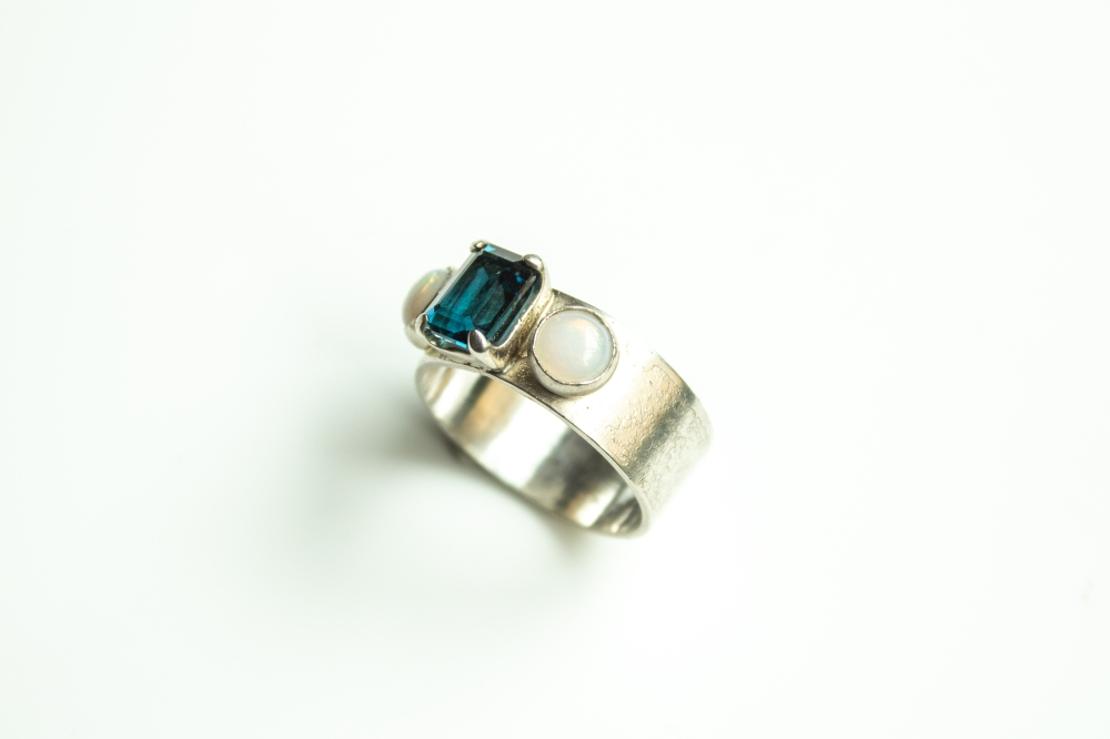 ring 3 stones 4