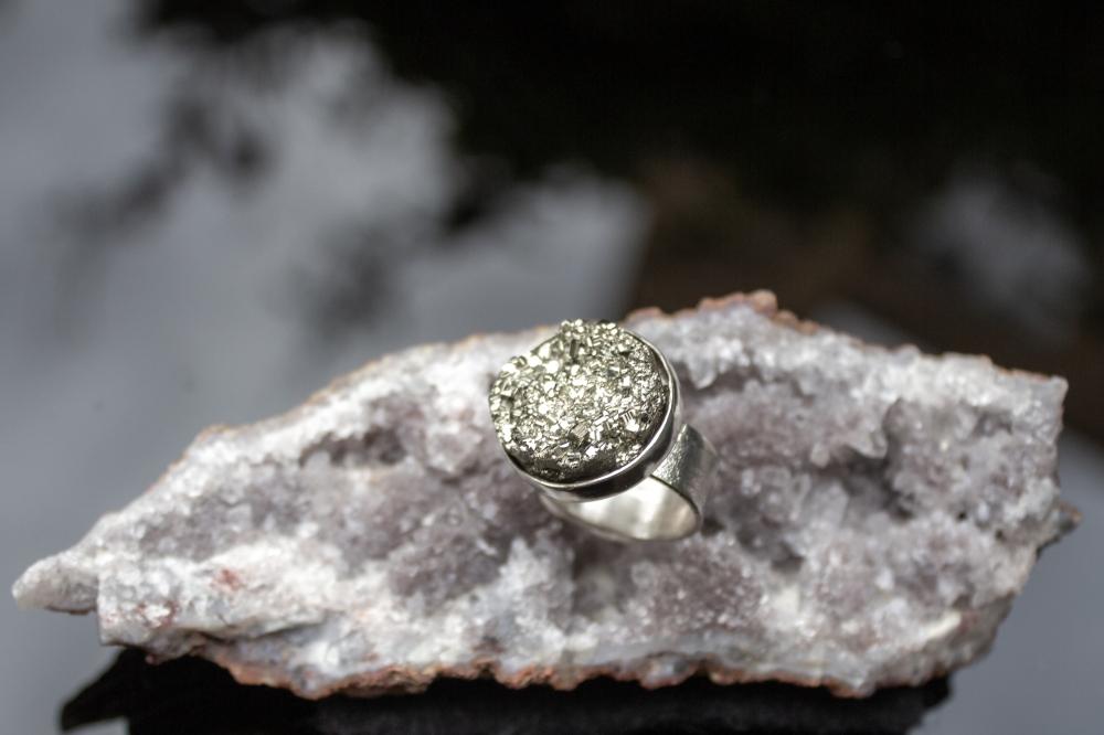 ring round pyrite dark
