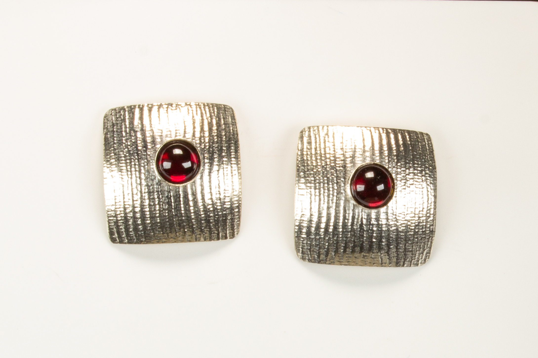 earrings square garnet moire