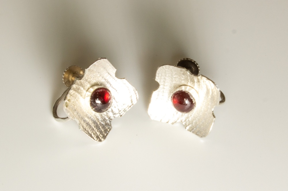 earrings mini flower garnet clip side