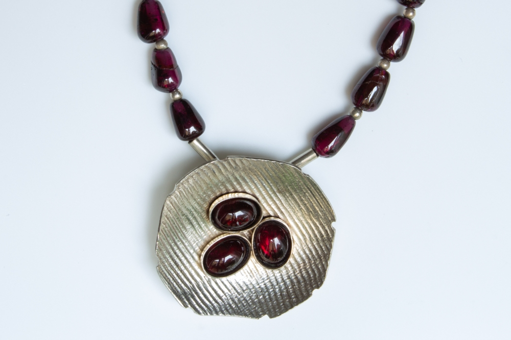 Necklace garnet with garnet pendant