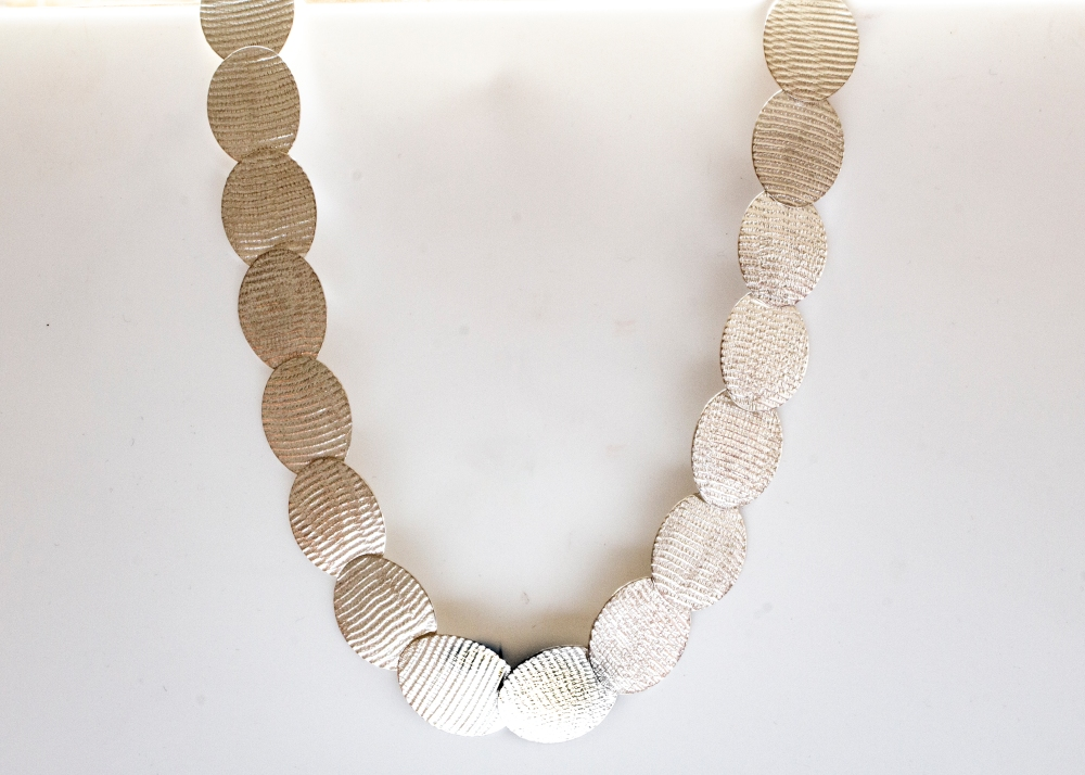 necklace-oval-moire-hanging