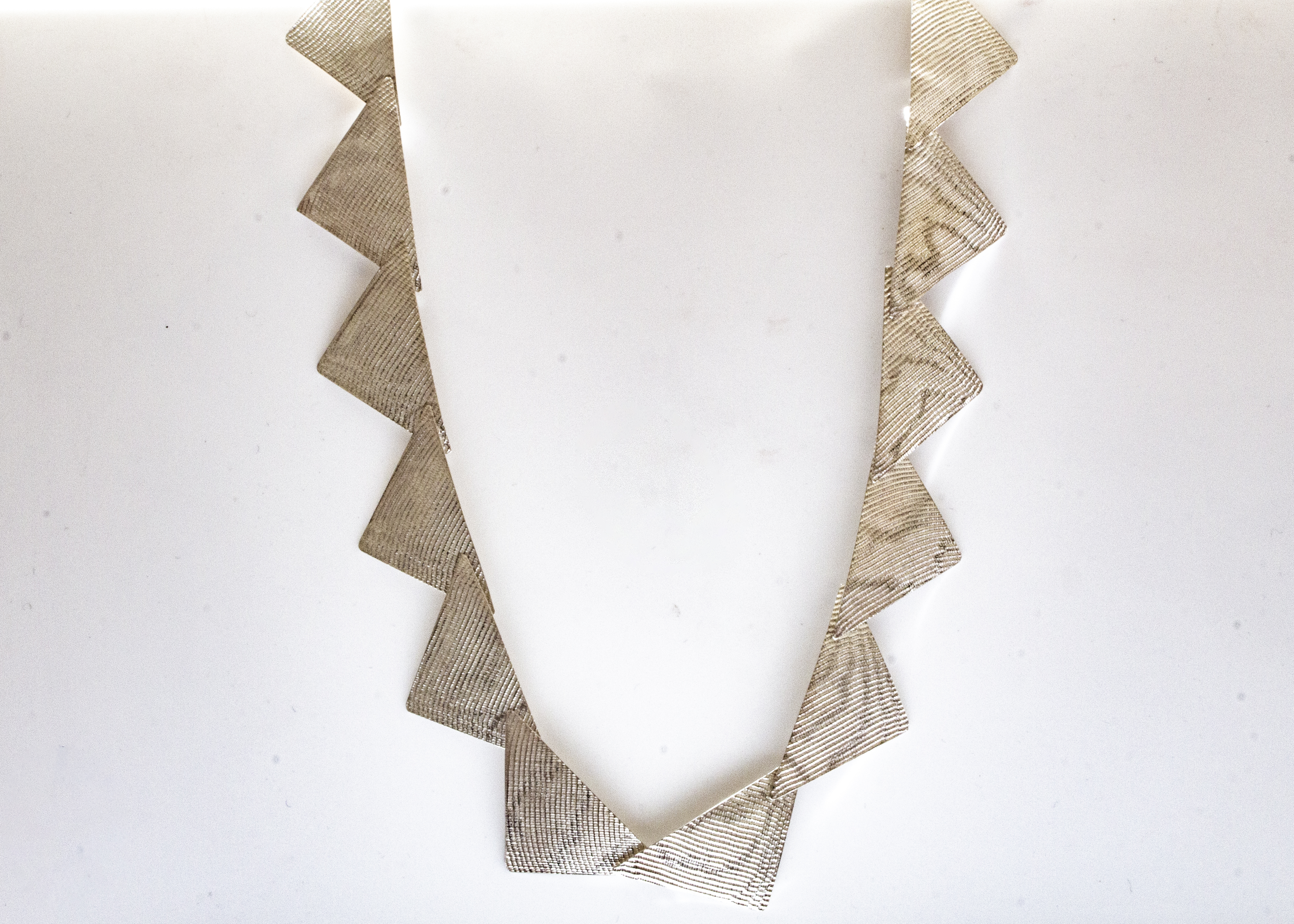 necklace-triangular-30x30-moire-hanging